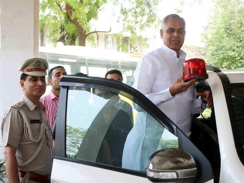 Governor Acharya Devvrat removing red beacon from his official vehicle at New Delhi on 20 April 2017.